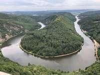 fotografia aérea do rio durante o dia - Atração natural saarschleife em Saarland, Alemanha. saarschleife, Alemanha