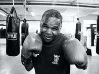 grijswaardenfotografie van bokser