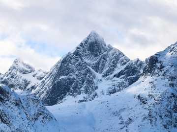 montagnes couvertes de neige - Le trajet de Ballstad à Reine dans les îles Lofoten offre des sites majestueux, nous nous arrêton