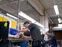 Un ingénieur technicien orthopédique masculin fait un plâtre de jambe personnalisé