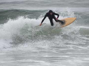 mężczyzna jedzie na desce surfingowej - Mężczyzna surfuje na jasnobrązowej desce surfingowej. San Gregorio State Beach, Cabrillo Highway