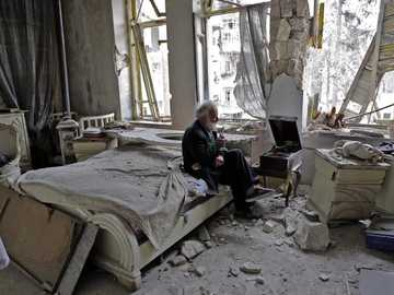Zniszczenie - Wojenny obraz zrujnowanego budynku ze starcem
