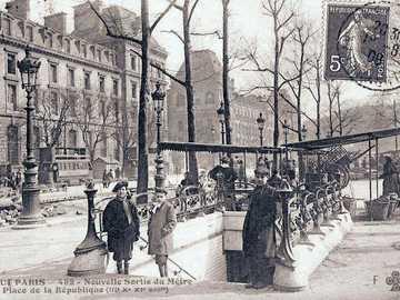 Carte postale d'autrefois - Sortie de métro, place de la république à Paris, France