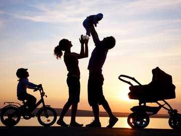 familie fericita - o imagine cu o familie