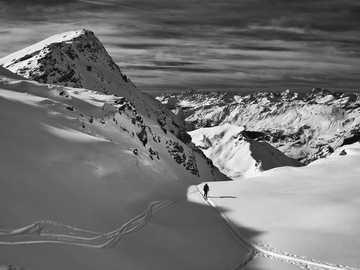 photo en niveaux de gris de la montagne couverte de neige - Atteindre Gran Cima sur le Val d'Ayas, Val d'Aoste.