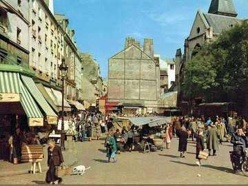 Stare słynne ulice Paryża - Dno rue Mouffetard z kościołem St Médard, 5-ty Paryż, Francja w 1955 roku