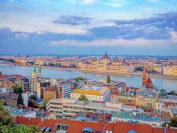Budapeszt, Węgry - czerwone i białe domy pod błękitnym niebem.