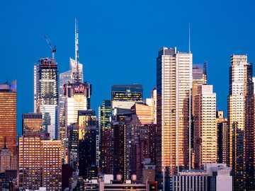 panoramę miasta w nocy - Midtown Manhattan w Nowym Jorku, Stany Zjednoczone. Nowy Jork, NY, USA