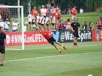 partita di calcio - Ryann salta per la palla. Maryland SoccerPlex, Boyds, Stati Uniti