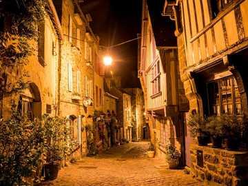 Stara ulica we Francji - rue du Jerzual, Dinan, Bretania, Francja. Szachulcowe i suche kamienie.