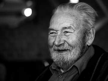 Fotografía en escala de grises del hombre con camisa con cuello abotonado - Esa es la última foto que tomé de mi abuelo el año pasado antes de que muriera a la edad de 84 a�