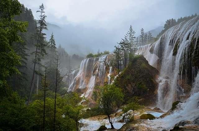 Waterval in de bergen puzzel