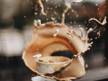 taza de té de cerámica blanca con líquido marrón - CHAPOTEO  (divulgación completa, esta foto fue tomada arrojando un hoyo de aguacate en una taza).