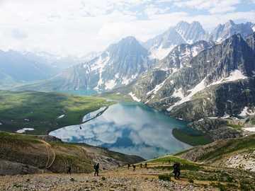 Gadsar Pass y Kishansar Lake View - Cachemira - fotografía aérea del lago entre montañas durante el día.