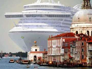 Venice cruise - The world's largest cruise ship, the Oasis of the Seas, enters Venice
