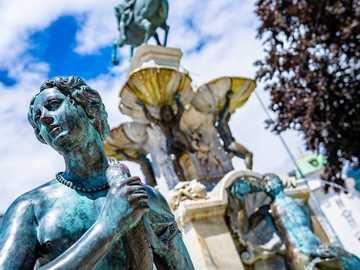 statua d'oro dell'uomo con le ali - La fontana di Leopold a Innsbruck, in Austria. Leopold Fountain, Rennweg, Innsbruck, Austria