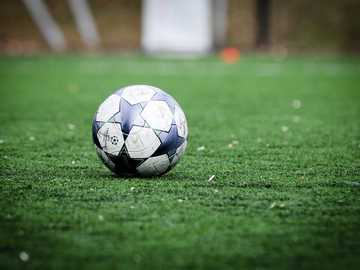 pallone da calcio bianco e blu sul campo di erba verde durante il giorno - Calcio prima di una partita di calcio tra due squadre junior. Il calcio o il calcio sono enormi in S