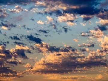 białe i szare chmury - chmury w porannym słońcu.