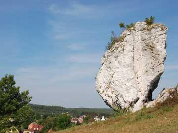einsamer Kiesel - einsamer Felsen am Hang