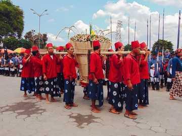 gruppo di persone che indossano cappello rosso e vestito floreale blu e bianco - Grebeg o garebeg (ꦒꦉꦧꦼꦒ꧀) è una cerimonia periodica tenuta dal popolo giavanese per com
