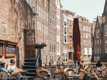 Giorni gialli - persone sedute all'aperto. Amsterdam, Olanda