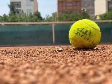 Z telefonem - zielona piłka tenisowa na brązowej ziemi w ciągu dnia. محمد ساعد اصفهانی, Iran