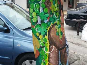 pomalowane drzewo - pomalowane drzewo na greckiej ulicy