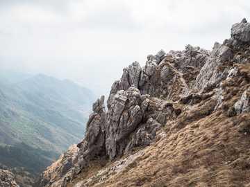 bordo di formazione rocciosa grigia - Monte Resegone Morterone Lecco IT  Vista dal sentiero fino alla cima del monte.  Olympus PEN-F