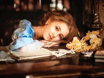 Zamyślona dziewczyna - _zamyslona_dziewczyna_fortepian_nuty_kwiaty_bizuteria