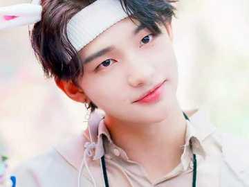 Hyunjin aranyos - felfelé 90 cm lefelé 90 cm jobbra 90 cm balra 90 cm