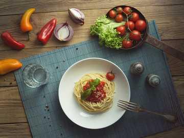 Apetitische Spaghetti - Spaghetti auf weißer Keramikplatte. Warschau, Polen