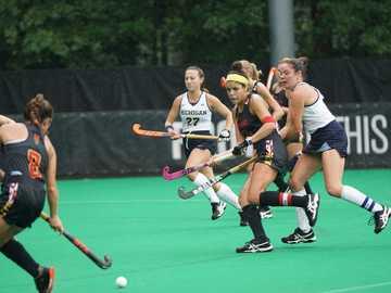 hockey sobre hierba - mujeres jugando hockey sobre césped. Complejo de hockey sobre césped y lacrosse, College Park, Est