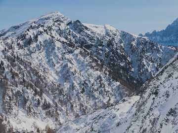 Montaña nevada en los Dolomitas - montaña cubierta de nieve durante el día. Dolomitas, Italia