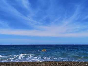 #plage#ciel # bleu - blue sky and white clouds over the sea.