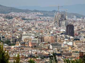 horizonte de la ciudad durante el día - Ver sobre el centro. Sagrada Familia. Barcelona, España