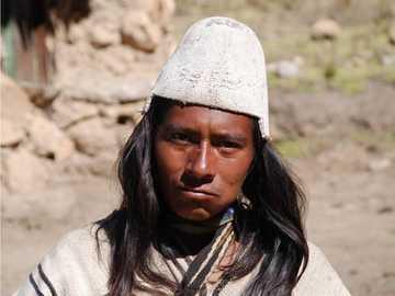 Differentialansatz - Indigene Völker mit Kleidung
