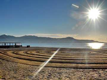 Sol plateado sobre el mar - playa solitaria Empuriabrava