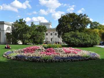 Varsovie Łazienki - Parc Łazienki à Varsovie. Parc, parterre de fleurs