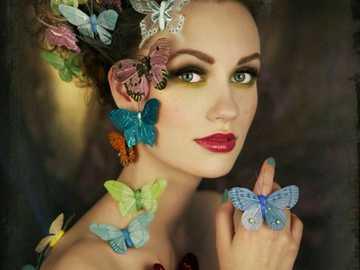 Frau, die Schmetterlinge liebt - Ein wahrer Freund ist in jedem Moment Ihres Lebens bei Ihnen, sowohl gut als auch schlecht, und wird
