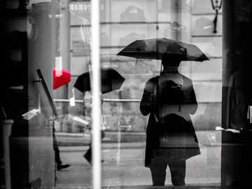 kim jestem - selektywna fotografia kolorowa osoby z parasolami. Graz, Austria