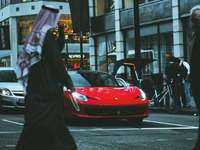 voiture de sport rouge dans la rue - La vie à Londres: des supercars partout. Super ville pour capturer de superbes photos dans les rues