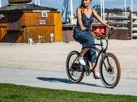 nő lovaglás kerékpár