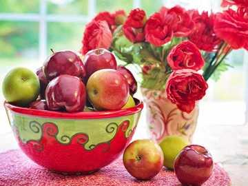Stilleben - gedeckter Tisch mit Äpfeln