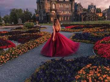 Dama w ogrodzie z setką kwiatów - Dama w ogrodzie z setką kolorowych kwiatów