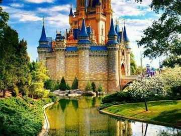 Un castello circondato da una natura meravigliosa da un lago - Un castello circondato da una natura meravigliosa da un lago
