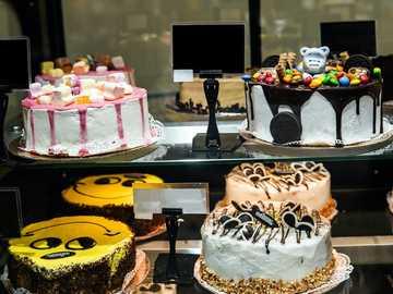 Kuchen stehen in einer Bäckerei - Schokoladenkuchen auf schwarzem Metallständer.