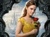 Η Emma Watson με ένα τριαντάφυλλο ως Bella από την Beauty and Bes
