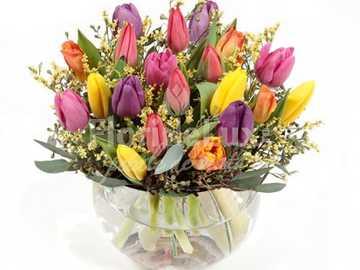 Un buchet cu flori - Vaza frumoasa cu flori galbene, rosii