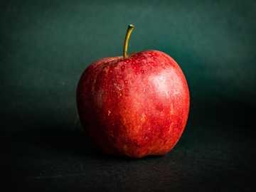 Manzana roja sobre textil negro - Solo estoy haciendo una sesión de fotos con frutas. . Calgary, AB, Canadá