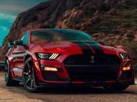 MUSTANG červená - mustang je jedním z nejlepších aut, a to zejména s červenou barvou a černými pruhy a uprostř